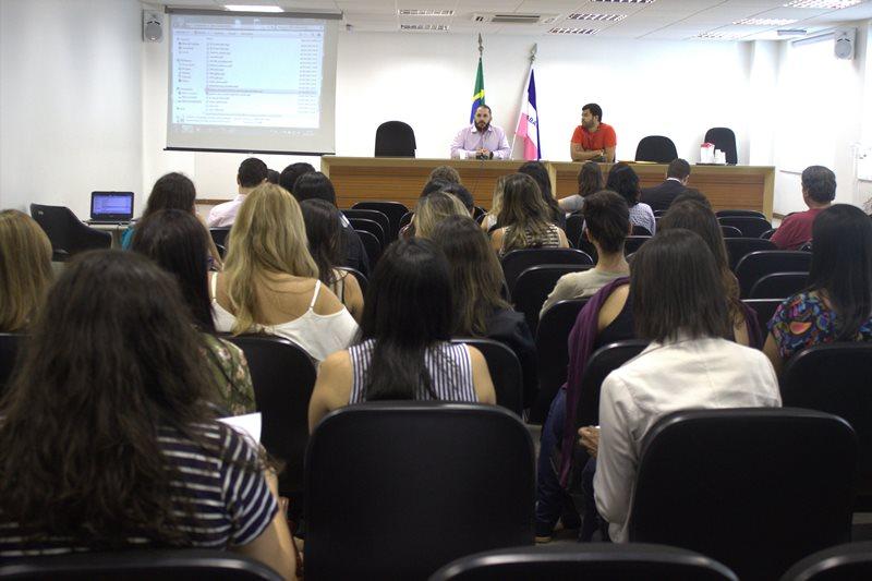 Psicólogas/os e assistentes sociais do TJES acompanham a fala do presidente do CRP